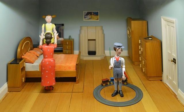 Giocare con i bambini con giocattoli fatti in casa. Divertiti con loro